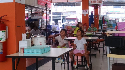 Deti často celé detstvo trávia s rodičmi v kuchyni, tieto roztomilé dvojičky sledujú telku zatiaľ čo mi ich mamina varila obed
