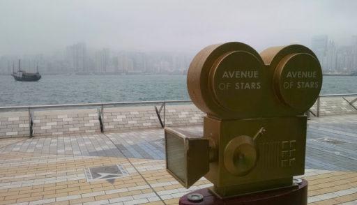 Avenue of Stars a v pozadí HK mesto ponorené do hmly