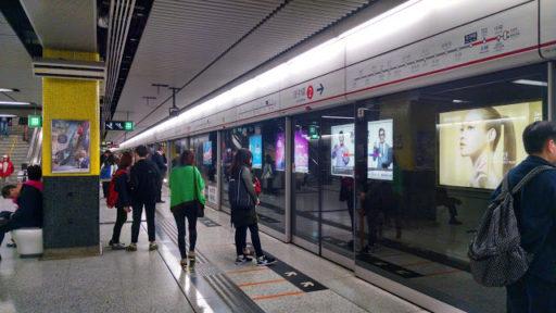Šípky na zemi značia kam sa máte postaviť pred nástupom do metra, ak by ste náhodou nevedeli :D