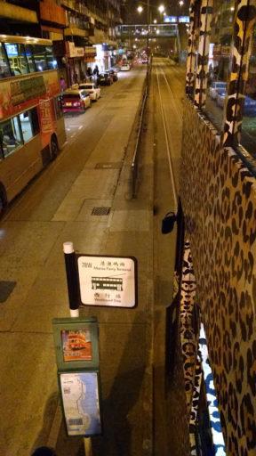 Ako spoznáš v HK turistu? Že visí s hlavou z okienka z dvojposchodovej električky!