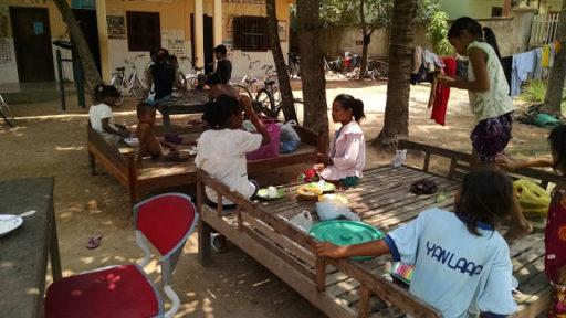 Najstaršie dievčatá klebetia čo bolo v škole a obedujú na dvore pred sirotincom