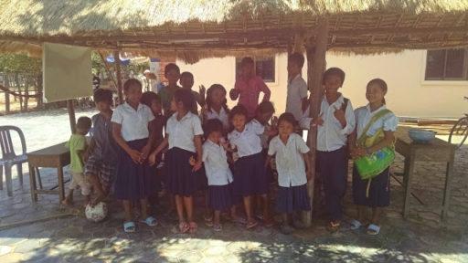 Deti zo Sok Orphanage v uniformách, zapózovali mi tesne po tom čo prišli domov zo školy a ja už som ich nedočkavá čakala