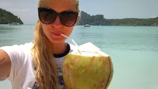 Dodržiavať pitný režim je ľahké v zemi kde Vám z neba na hlavu padajú kokosy