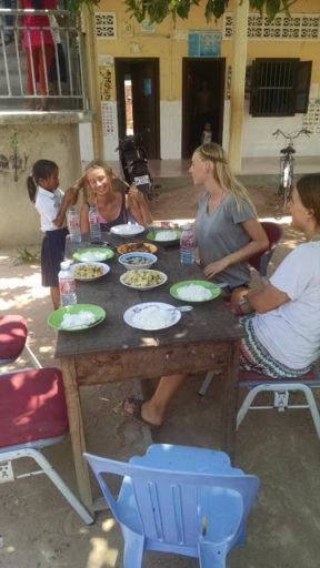 Obed v sirotinci, počas ktorého má Maria sedenie u kaderníčky