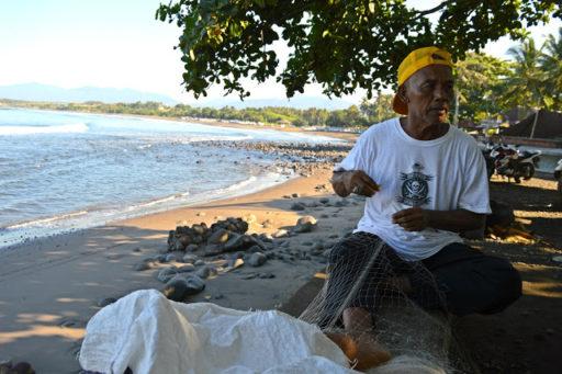 Pán rybár opravuje svoju sieť, vďaka ktorej má už 15 rokov obživu a príjem pre seba a celú rodinu. Ryby dováža aj do pár reštaurácii na čo je patrične pyšný a ak práve nieje na mori, privyrába si cez deň ako masér pre turistov