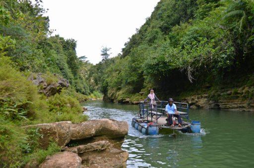 Loďka, ktorou sa môžete nechať zviezť po rieke až priamo k vodopádom