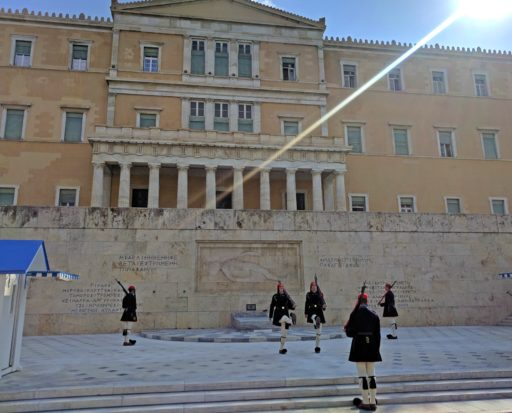 Výmena stráži pred budovou Parlamentu presne o 11:00