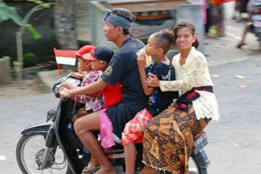 Na jednej motorke vidíte bežne aj celé rodiny.