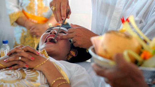 Brúsenie zubov počas svadobného obradu