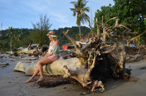Vzácne chvíle na opustenej pláži v kraťasoch!