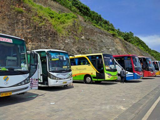 Autobusy plné turistov s pospávajucími šoférmi za volantom