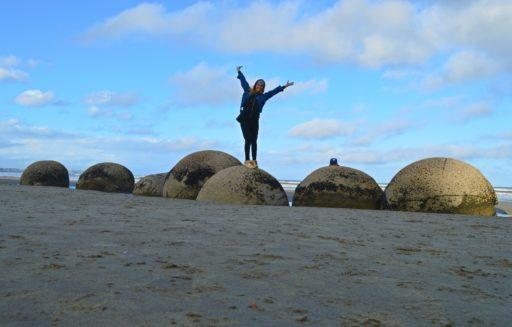 """Kamenné """"vajíčka"""" uprostred pláže! Nebyť studeného vetra ostali by sme aj dlhšie, no piknik sme si užili až pár minút od pláže"""