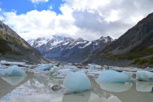 Lake Hooker s ešte zamrznutými ľadovcami